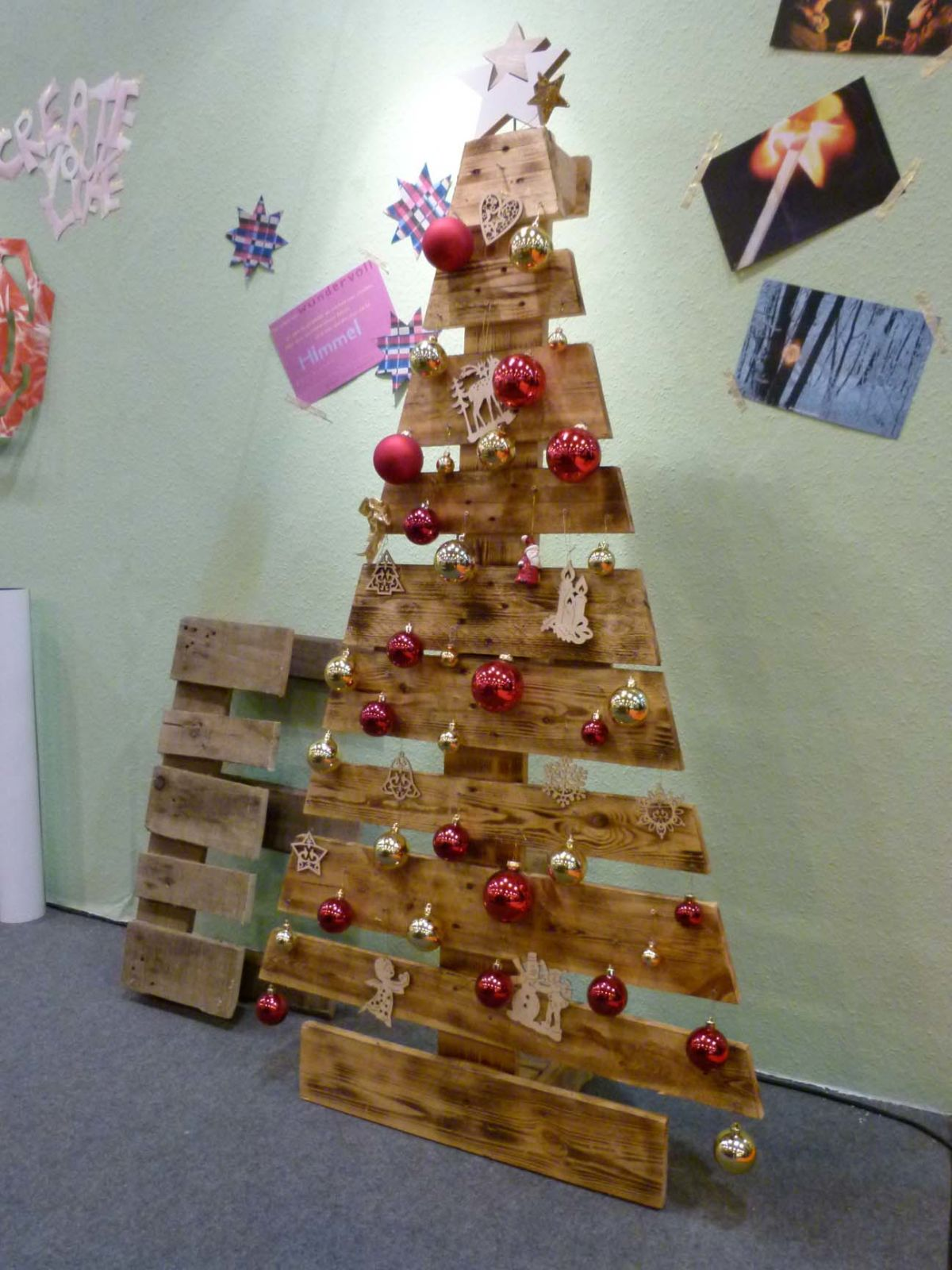 Weihnachtsbaum Kaufen Essen.Standaktion Vorführung Weihnachtsbaum Aus Paletten Mode Heim